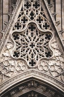 バラの窓と彫刻が施されたフィリグリー