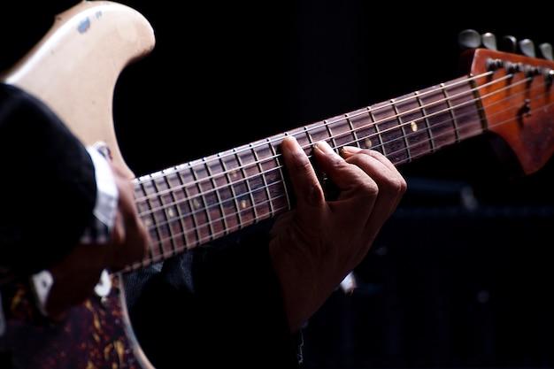 ロックのミュージカルギターを弾く男