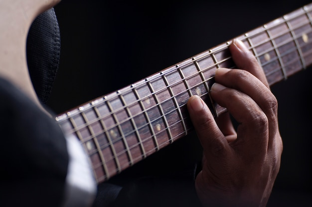 ギターを弾く男