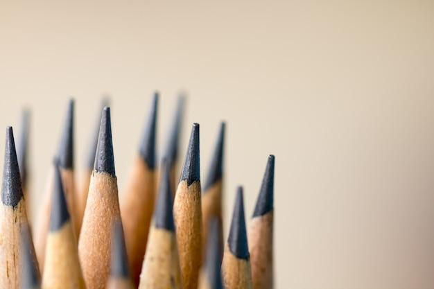 朝の光でテーブルの上の鉛筆