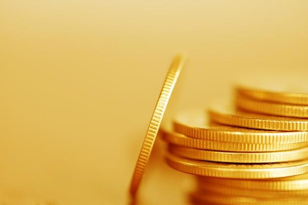 金融のための木材の背景上のコインの行
