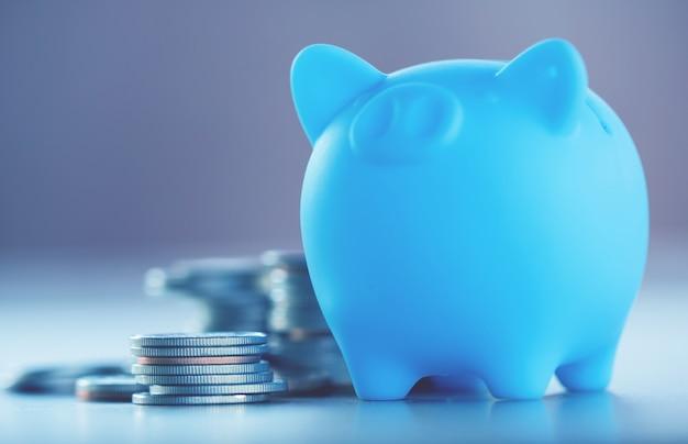 金融と節約の概念のための木材の背景上のコインの行