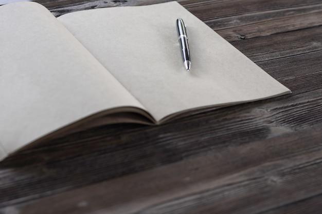 木材の背景に関する本。トップビュー。ヴィンテージスタイル。