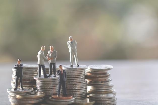ビジネスの男性、節約、投資と金融の概念