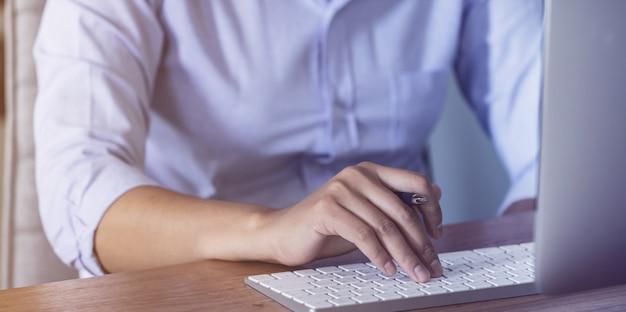 コンピューターと一緒に家で働く女性
