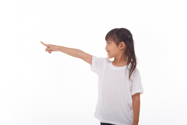 Маленькая девочка на белой стене