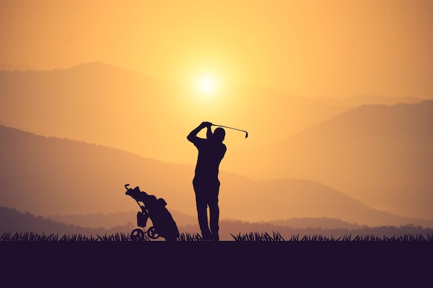 ゴルファーのシルエットは疲れを癒し、リラックスタイムのために夏にゴルフコースを維持します。