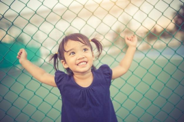 美しいリトル女の子のクローズアップの肖像画。ソフトカラーエディション。ソフトフォーカス。