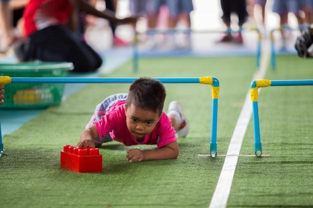 カラフルな建設ブロックで遊ぶ小さなアジア子供