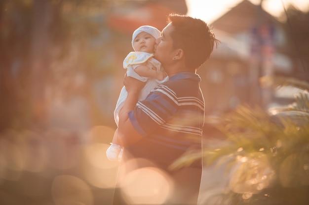 父は額に彼のかわいい女の子にキスします。