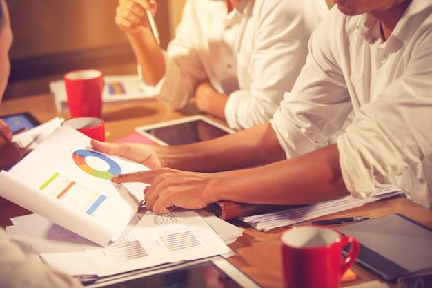 状況を分析し議論するためのビジネスアドバイザー会議