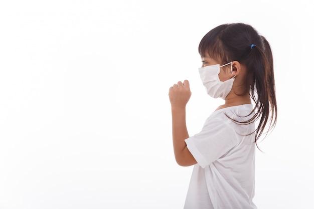 ウイルスを防ぐためにマスクを身に着けているアジアの女性