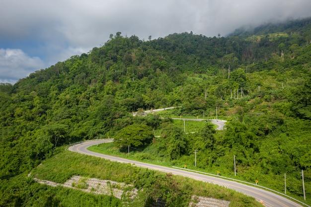 Вид с воздуха на горы и дорогу к пху тхап бок утром. пхетчабун, таиланд.