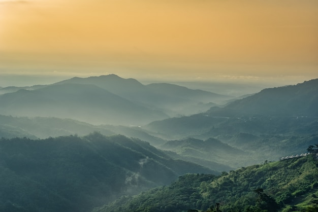 Туман в горах с драматическим небом на рассвете