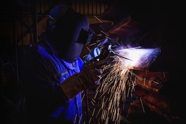 建設業における溶接鉄骨構造と輝く火花