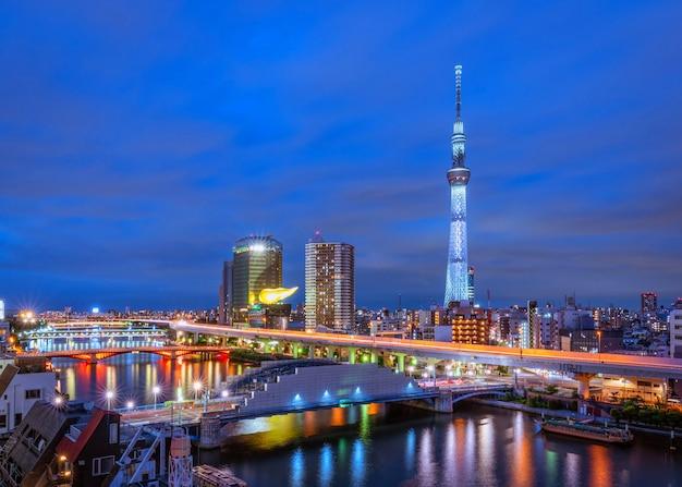 東京スカイラインと日本の夜間屋上ホテルの高層ビルの景観