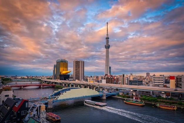 浅草、東京、日本の日没の東京スカイライン。日本のランドマーク。