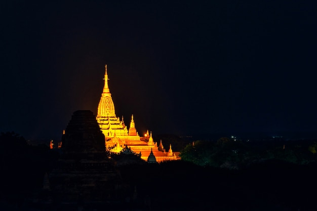 Пейзажное изображение древней пагоды ночью в багане, мьянма.