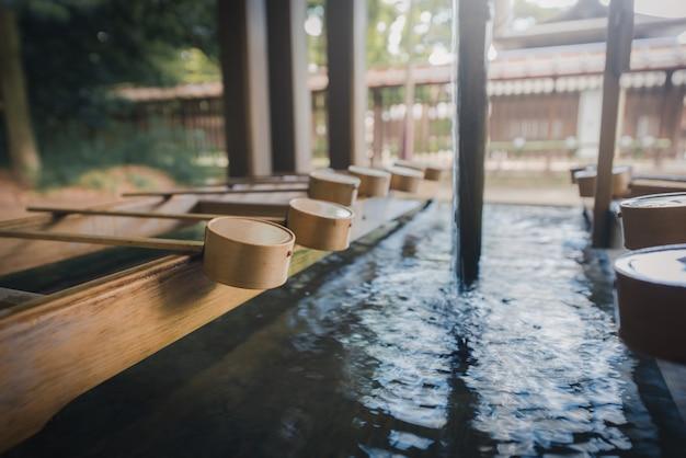 日本の神社の入り口にある聖なる禅の水の木のはちです。ヴィンテージトーン