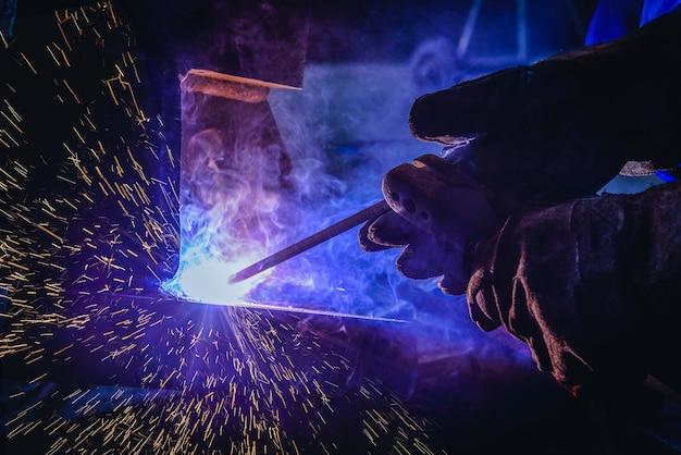 溶接鋼構造と明るい火花