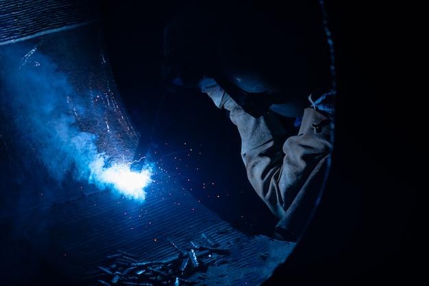 鉄鋼業界では、鉄鋼構造物と明るい火花を溶接する。