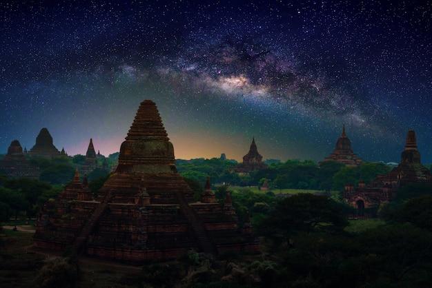 Пейзаж изображение древней пагоды с молочным путем на закате в баган, мьянма.