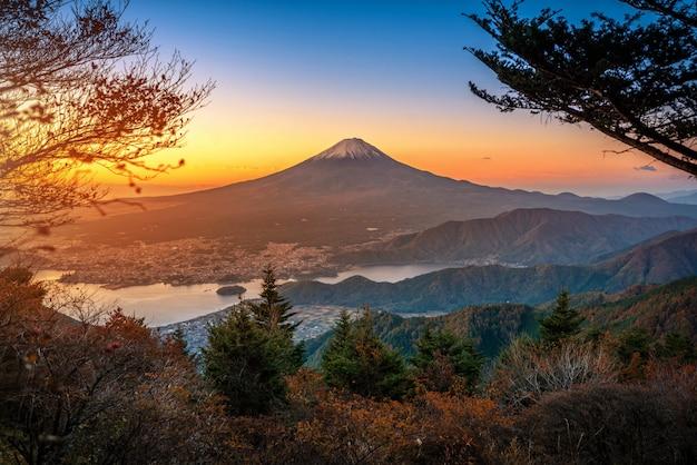 山富士河口湖の日の出で紅葉と川口湖の上の富士
