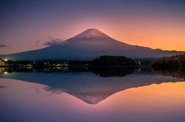山富士河口湖、日本の夕暮れ時の河口湖の上の富士。