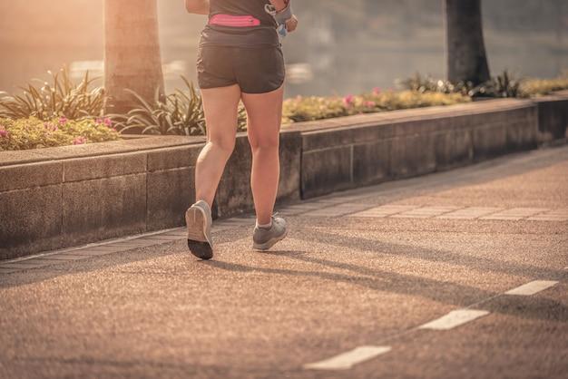 黒い服を着ている女性のクローズアップの足