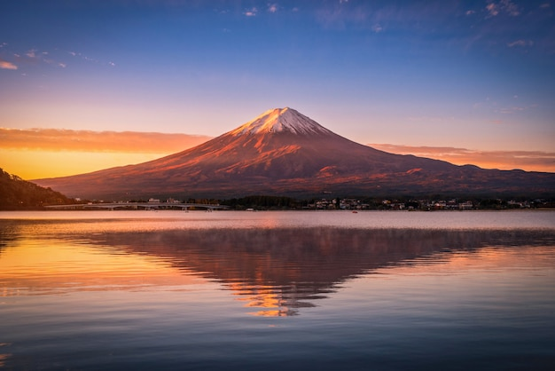 山の風景画像富士河口湖の日の出で河口湖の上の富士。