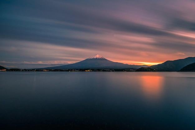 山富士河口湖、日本の夕暮れ時の河口湖に沈む富士