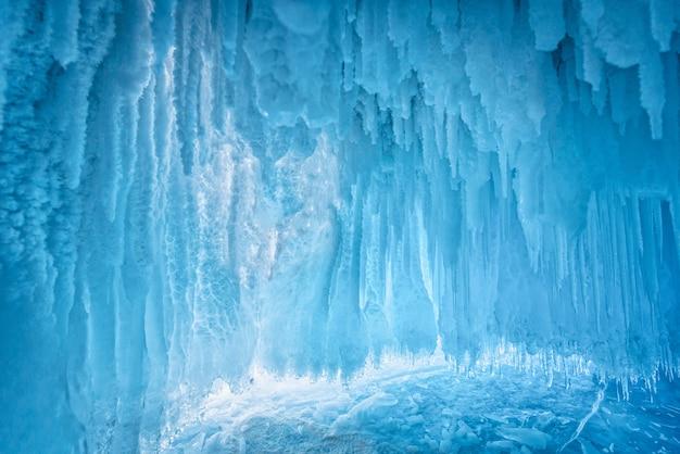 ロシア東部、シベリアのバイカル湖の青い氷の洞窟の中。