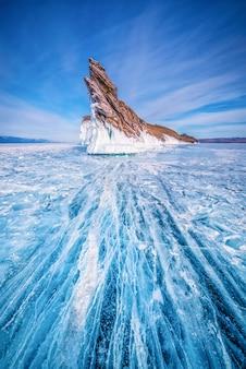 ロシア、シベリアのバイカル湖で凍った水の中の自然な砕氷を持つオゴイ島の尾。