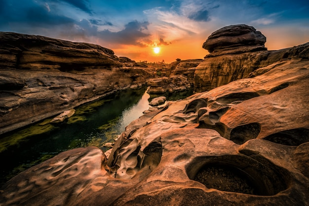 タイで目に見えないウボンラーチャターニーのサムファン福で夕日の風景。タイのグランドキャニオン。