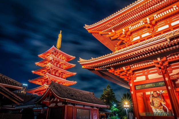 浅草寺は東京の浅草にある夜の古代の仏教寺院です。