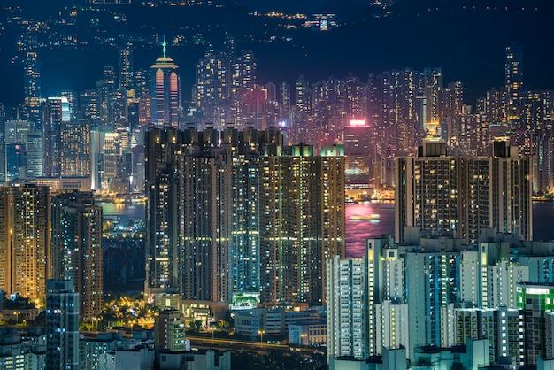 夜の香港の街並みビュー