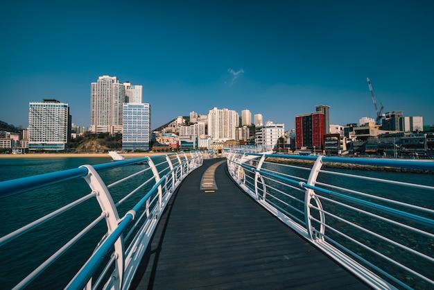 韓国、韓国慶尚南道釜山にある海雲台ビーチのある釜山市。