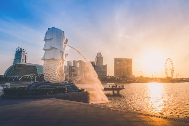 シンガポールのスカイラインの日の出。シンガポールのビジネスディストリクト、青空の眺め