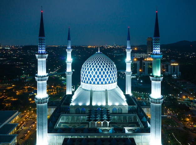 マレーシア、シャーアラムの夕暮れ時のスルタンサラフディンアブドゥルアジズシャーモスクの航空写真。