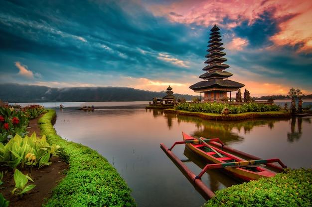 プラウルンダヌブラタン、インドネシアのバリ島で日の出ブラタン湖の風景にボートでヒンドゥー教の寺院。