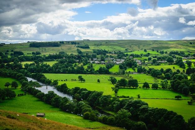 青々とした田舎の農地を流れる蛇行する川
