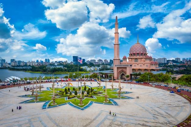 マレーシアのプトラジャヤで夕暮れ時の湖とプトラジャヤ市内中心部のプトラモスクの空撮。