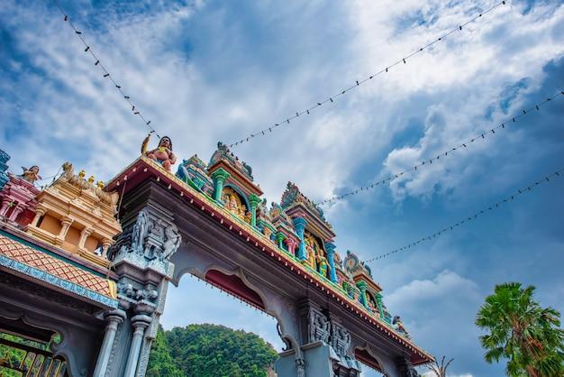 ムラガン卿の像とマレーシア、クアラルンプールのバトゥ洞窟の入り口。