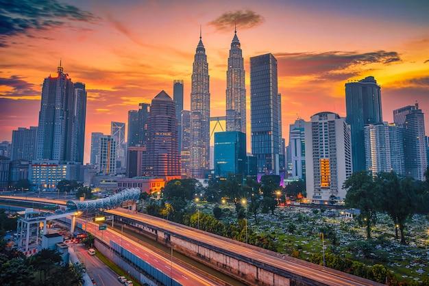 Городской пейзаж горизонта города куала-лумпур на рассвете в малайзии