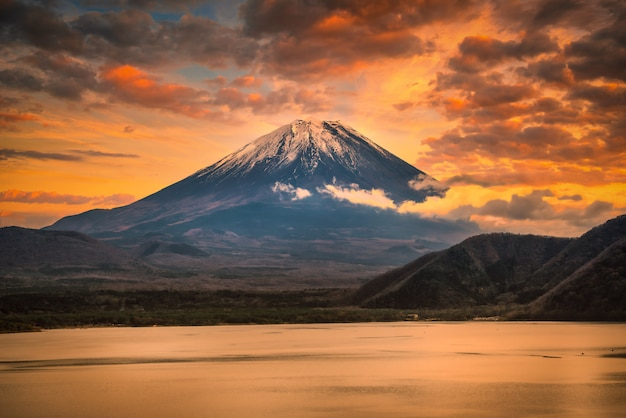 富士山の風景画像山梨県の夕暮れ時の紅葉と本栖湖の富士