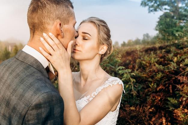 Свадебная пара в лесу в горах на рассвете