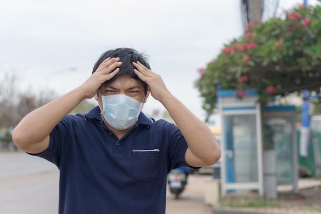 Азиатский мужчина на улице с защитными масками