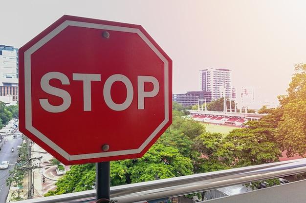 Стоп знак с улицы в фоновом режиме