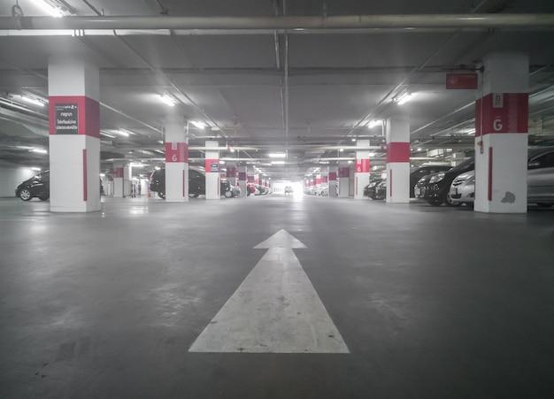 Автостоянка в подземной парковке в универмаге, мягкий фокус