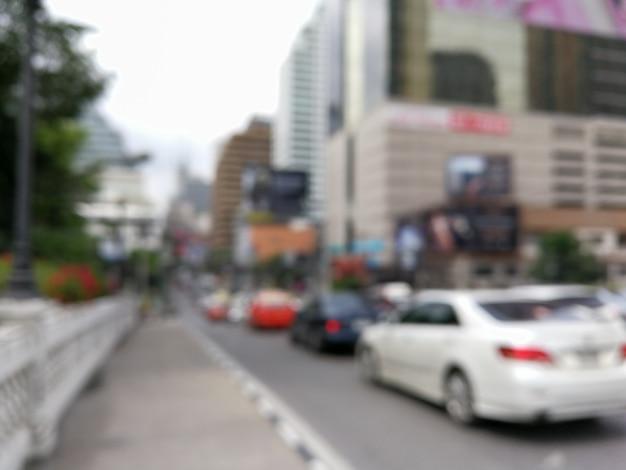 街の通りに交通車のぼやけた光